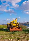 在农村中的草地上黄色推土机 — 图库照片