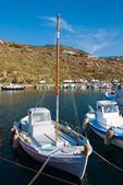 Aangemonsterd vissersboten in de haven op het eiland — Stockfoto