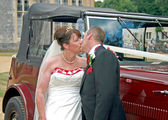 Kissing in front of Wedding Car — ストック写真