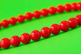 在绿色的红珠 — 图库照片