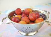 Nectarines in a rinse strainer — Stock Photo