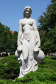 White statue of woman in the city park — Stockfoto