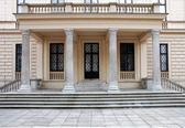 Adımlar ve sütunlar ile tarihi bina giriş — Stok fotoğraf