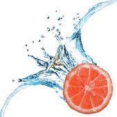 Färsk grapefrukt föll i vattnet — Stockfoto