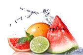 Stříkající vodě na čerstvé ovoce — Stock fotografie