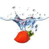Heart from strawberry dropped into wate — Stock Photo