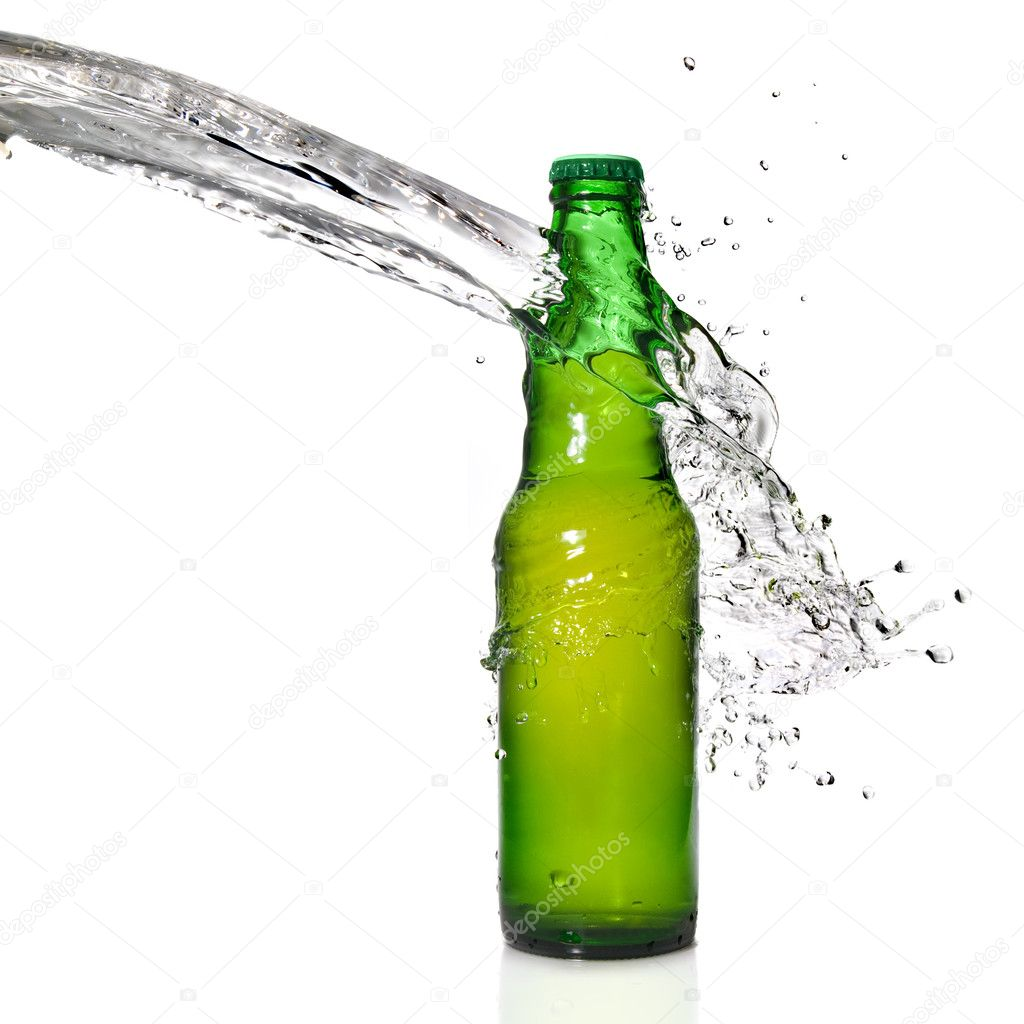 Green beer bottle with water splash isolated on white — Stock Photo #3006308