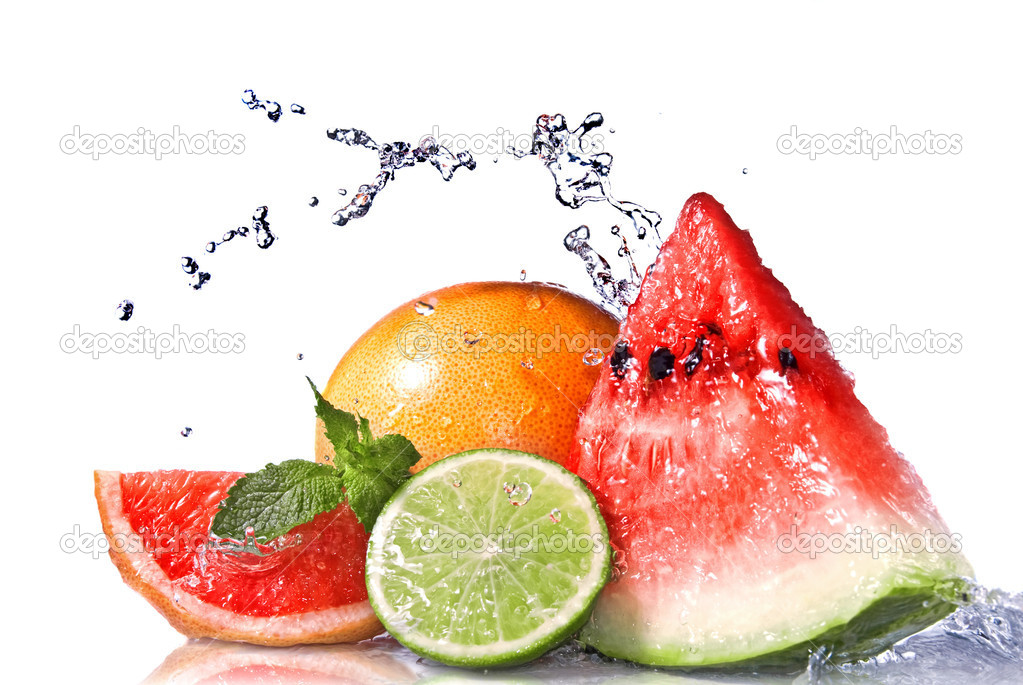 Water splash on  fresh fruits isolated on white — Stockfoto #3006624
