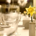 copas de cristal con flores en la mesa — Foto de Stock