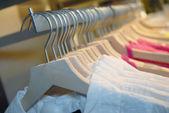 Kläder på ställningar i butik — Stockfoto