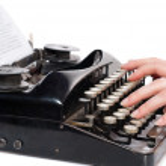 manos de mujer escribiendo en máquina de escribir vintage — Foto de Stock