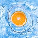 Fresh orange dropped into water — Stock Photo #3381319