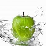 plusk wody słodkiej na zielone jabłko na białym tle — Zdjęcie stockowe
