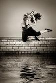 Jeune fille sautant sur le toit — Photo