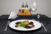 Pollo frito en plancha y mesa servida — Foto de Stock