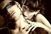 Vampiro mujer muerde a un hombre ciego — Foto de Stock