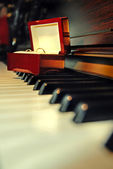 Wedding rings on the piano — Stockfoto