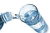 白で隔離されるガラスに水を入れる — ストック写真