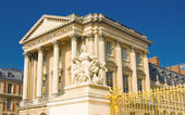 Statue and palace facade with columns in Versailles — Stock Photo
