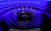 青い液体表面でのスプラッシュ — ストック写真
