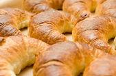 Deliciosos croissants o rollos de media luna — Foto de Stock