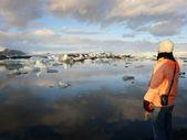 žena obdivuje ledovcové jezero — Stock fotografie