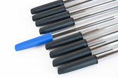 Czarne długopisy z jeden niebieski — Zdjęcie stockowe