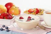 Yogurt with fresh berries — Stock Photo