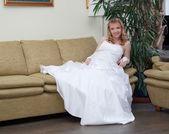 счастливая невеста в свадебном платье — Стоковое фото