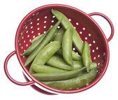 Sugar snap peas no escorredor vermelho — Foto Stock