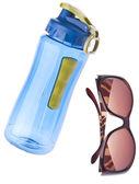 Su şişesi ve güneş gözlüğü — Stok fotoğraf