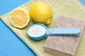 Přírodní čištění s citrony, jedlou sodu a ocet — Stock fotografie