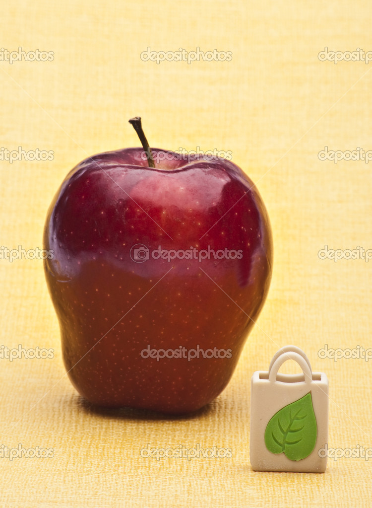 Red Apple and Reusable Grocery Bag on a Yellow Background. — Stock Photo #3343568