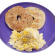 Scrambled Eggs and Bagel Breakfast — 图库照片