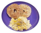 Scrambled Eggs and Bagel Breakfast — Stock Photo