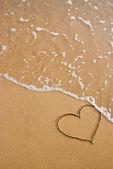 Símbolo del corazón en la arena — Foto de Stock