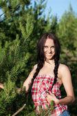 Mujer hermosa en un bosque — Foto de Stock