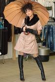 Donna in un negozio di moda — Foto Stock