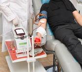 Un donante en un sillón de donación de sangre en la estación de hemotecas — Foto de Stock
