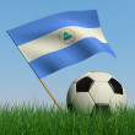Fußball in das Gras und die Flagge Nicaraguas — Stockfoto