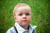 緑の草に赤ちゃん — ストック写真
