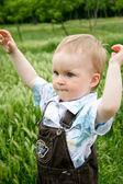 Baby spelen in groene zomer gras — Stockfoto
