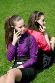Telefon ederken iki genç iş kadınları — Stok fotoğraf