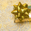 Gold gift box with bow - Stockfoto