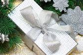 Silver presentförpackning med julgran — Stockfoto