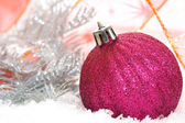 Růžové vánoční koule na sněhu pozadí — Stock fotografie
