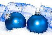 雪背景上的蓝色圣诞球 — 图库照片