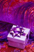 Boîte de cadeau avec plumes violet — Photo