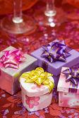 Cajas de regalo con corazones y vidrio — Foto de Stock