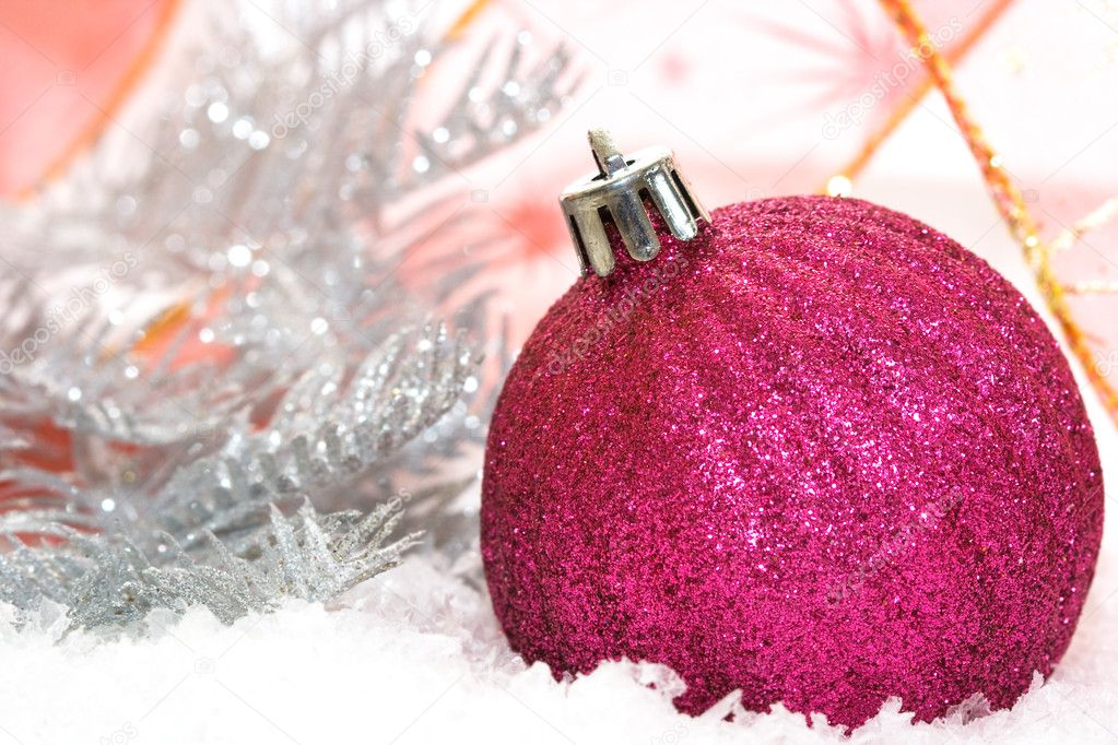 Pink Christmas balls on snow background  — Lizenzfreies Foto #2820687